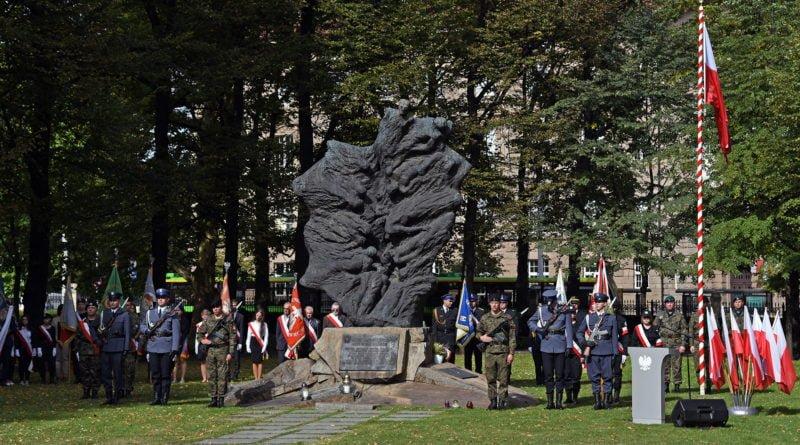 pod pomnikiem ofiar katynia i sybiru odmowiono modlitwe ekumeniczna oraz odczytano apel poleglychpic11016123299208058show2 800x445 - Poznań: 17 września - obchody 81. rocznicy agresji ZSRR na Polskę