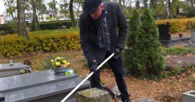 """Dbamy i Pamiętamy 1 390x205 - """"Dbamy i Pamiętamy"""" - prezydent sprzątał groby Powstańców Wielkopolskich"""