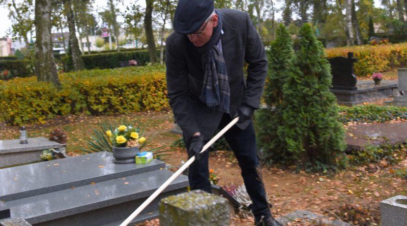"""Dbamy i Pamiętamy 1 800x445 - """"Dbamy i Pamiętamy"""" - prezydent sprzątał groby Powstańców Wielkopolskich"""