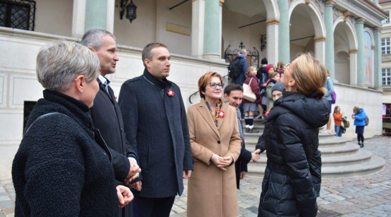 Prezydenci rozdawali flagi mieszkańcom Poznania zdjęcia 1 800x445 - Prezydenci rozdawali flagi mieszkańcom Poznania - zdjęcia
