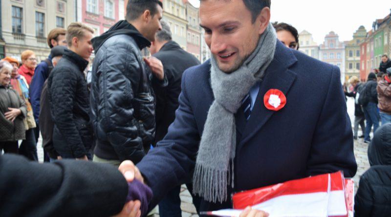 Prezydenci rozdawali flagi mieszkańcom Poznania zdjęcia 10 800x445 - Prezydenci rozdawali flagi mieszkańcom Poznania - zdjęcia