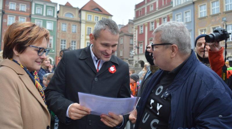 Prezydenci rozdawali flagi mieszkańcom Poznania - zdjęcia