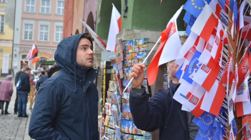 Prezydenci rozdawali flagi mieszkańcom Poznania zdjęcia 14 800x445 - Prezydenci rozdawali flagi mieszkańcom Poznania - zdjęcia