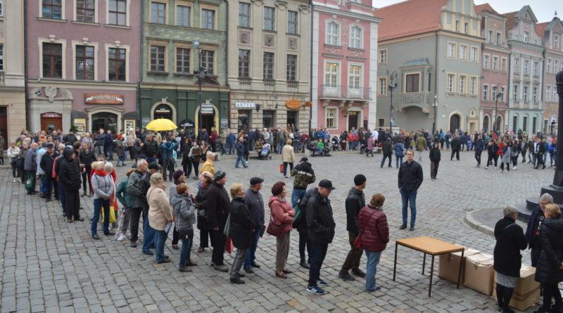 Prezydenci rozdawali flagi mieszkańcom Poznania zdjęcia 27 800x445 - Prezydenci rozdawali flagi mieszkańcom Poznania - zdjęcia