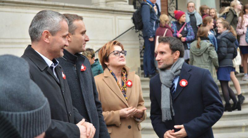 Prezydenci rozdawali flagi mieszkańcom Poznania zdjęcia 3 800x445 - Prezydenci rozdawali flagi mieszkańcom Poznania - zdjęcia