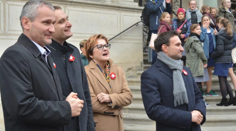 Prezydenci rozdawali flagi mieszkańcom Poznania zdjęcia 4 800x445 - Prezydenci rozdawali flagi mieszkańcom Poznania - zdjęcia
