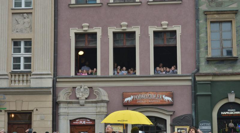Prezydenci rozdawali flagi mieszkańcom Poznania zdjęcia 5 800x445 - Prezydenci rozdawali flagi mieszkańcom Poznania - zdjęcia