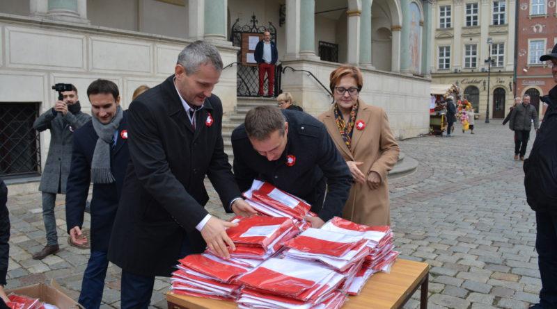 Prezydenci rozdawali flagi mieszkańcom Poznania zdjęcia 8 800x445 - Prezydenci rozdawali flagi mieszkańcom Poznania - zdjęcia