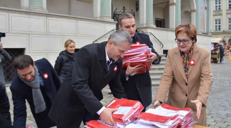 Prezydenci rozdawali flagi mieszkańcom Poznania zdjęcia 9 800x445 - Prezydenci rozdawali flagi mieszkańcom Poznania - zdjęcia