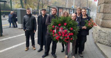 Politycy partii Razem złożyli kwiaty pod tablicą upamiętniającą Radę Robotników i Żołnierzy w Poznaniu