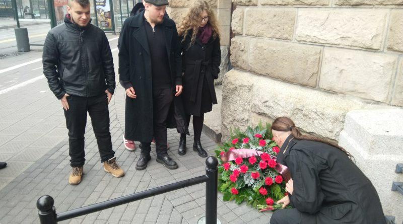 kwiaty pod tablicą upamiętniającą założenie Rady Robotników i Żołnierzy w Poznaniu 2 800x445 - Politycy partii Razem złożyli kwiaty pod tablicą upamiętniającą Radę Robotników i Żołnierzy w Poznaniu