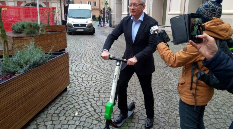 jacek jaskowiak 1 800x445 - W Poznaniu pojawiły się elektryczne hulajnogi