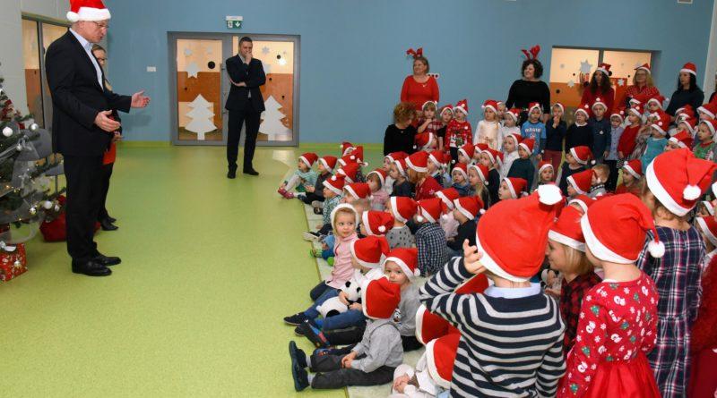 prezydent poznania spotkal sie z przedszkolakami i przekazal im prezenty od swietego mikolajapic11016126712216531show2 800x445 - Mikołajki z prezydentem