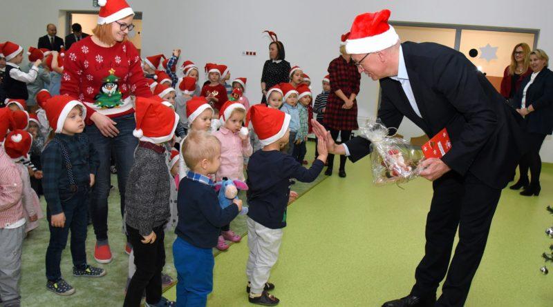 prezydent poznania spotkal sie z przedszkolakami i przekazal im prezenty od swietego mikolajapic11016126712216532show2 800x445 - Mikołajki z prezydentem