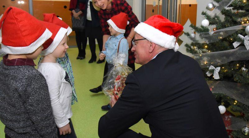 prezydent poznania spotkal sie z przedszkolakami i przekazal im prezenty od swietego mikolajapic11016126712216533show2 800x445 - Mikołajki z prezydentem