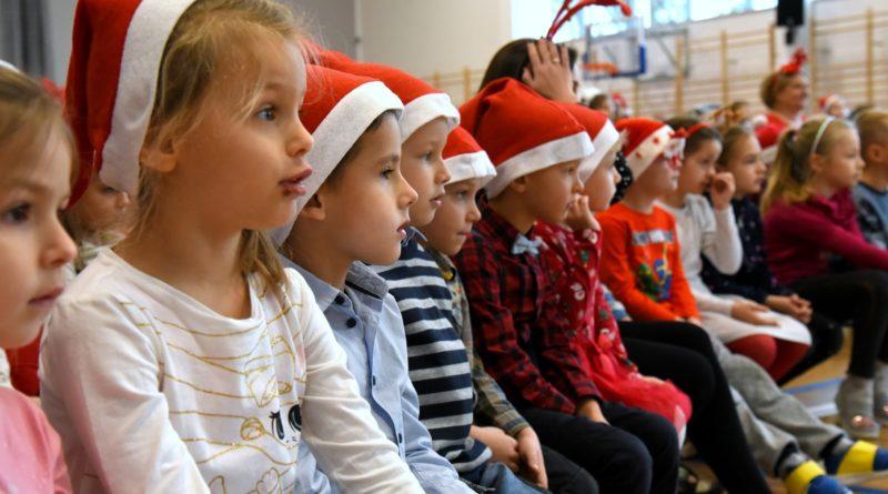 prezydent poznania spotkal sie z przedszkolakami i przekazal im prezenty od swietego mikolajapic11016126712216535show2 800x445 - Mikołajki z prezydentem