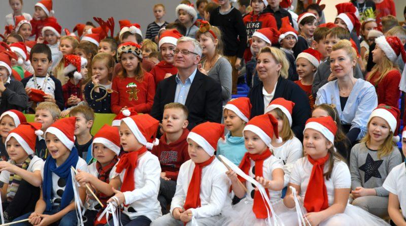 prezydent poznania spotkal sie z przedszkolakami i przekazal im prezenty od swietego mikolajapic11016126712216538show2 800x445 - Mikołajki z prezydentem