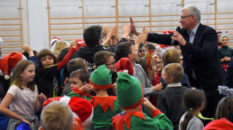 prezydent poznania spotkal sie z przedszkolakami i przekazal im prezenty od swietego mikolajapic11016126712216539show2 800x445 - Mikołajki z prezydentem