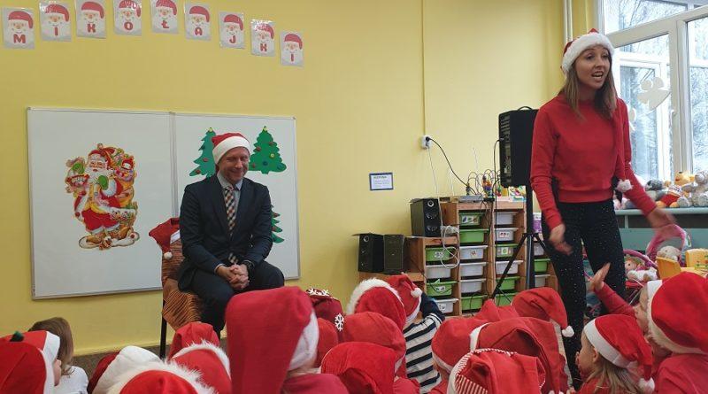 zastepca prezydenta bartosz guss spotkal sie z maluchami z przedszkola 150 basniowy dom na os rusapic11016126712216549show2 800x445 - Mikołajki z prezydentem
