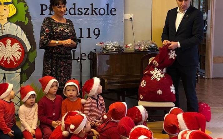 zastepca prezydenta mariusz wisniewski odwiedzil dzieci z przedszkola nr 119 im lecha na os piastowskimpic11016126712216542show2 714x445 - Mikołajki z prezydentem