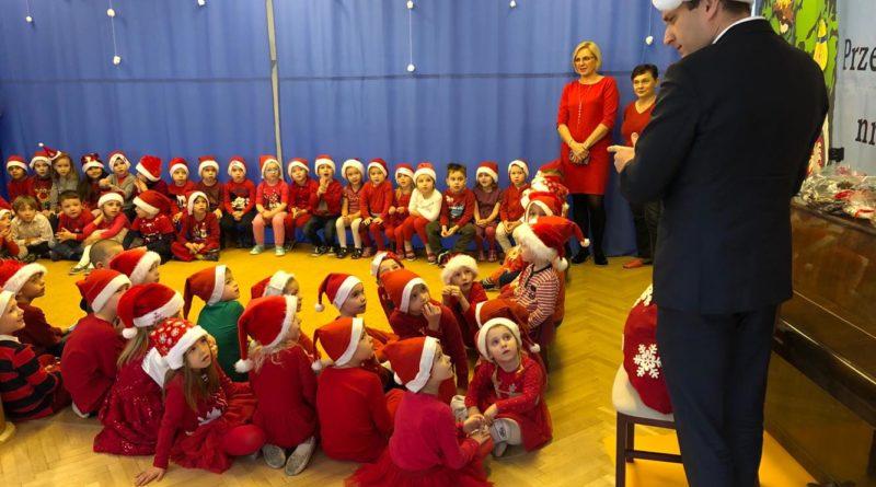 zastepca prezydenta mariusz wisniewski odwiedzil dzieci z przedszkola nr 119 im lecha na os piastowskimpic11016126712216544show2 800x445 - Mikołajki z prezydentem