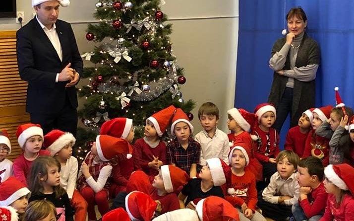zastepca prezydenta mariusz wisniewski odwiedzil dzieci z przedszkola nr 119 im lecha na os piastowskimpic11016126712216545show2 714x445 - Mikołajki z prezydentem