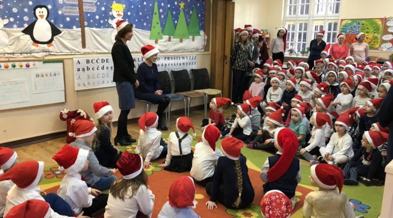 zastepczyni prezydenta katarzyna kierzek koperska odwiedzila dzieci z przedszkola nr 86 teczowy swiat przy ul slowackiegopic11016126712216554show2 800x445 - Mikołajki z prezydentem