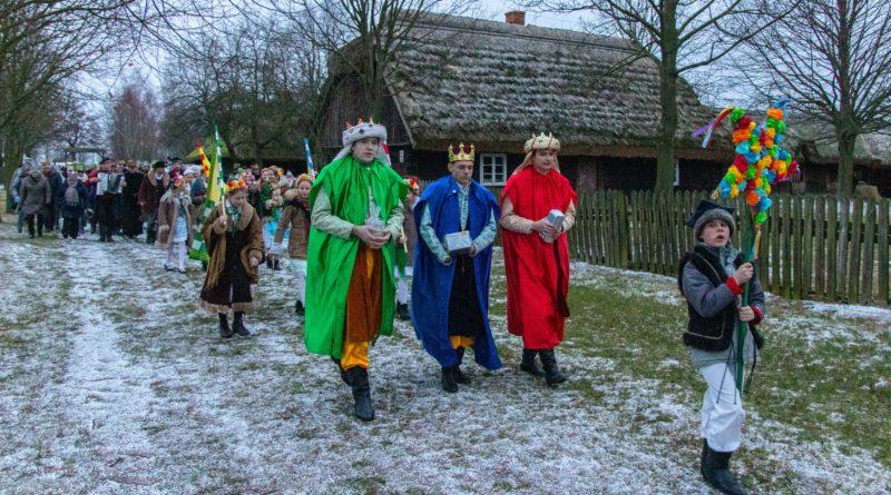 koledowanie dziekanowice 12 800x445 - Hej kolęda... - tradycyjne kolędowanie w Wielkopolskim Parku Etnograficznym w Dziekanowicach
