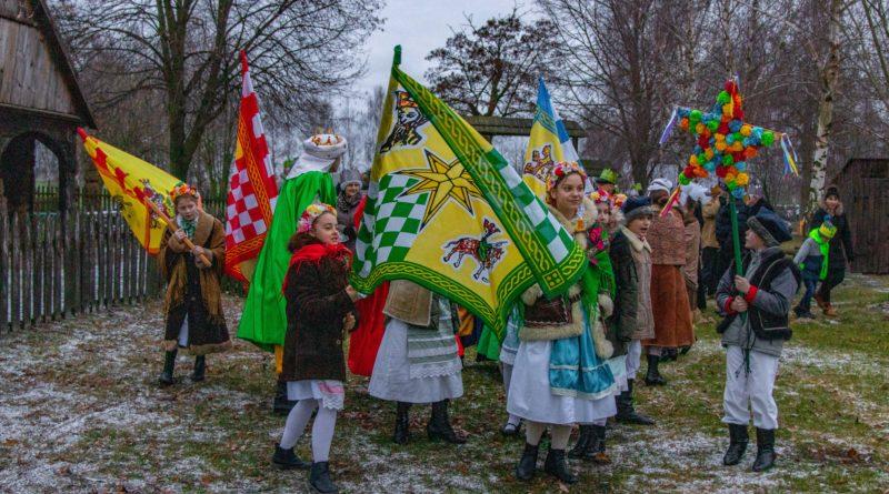 koledowanie dziekanowice 2 800x445 - Hej kolęda... - tradycyjne kolędowanie w Wielkopolskim Parku Etnograficznym w Dziekanowicach