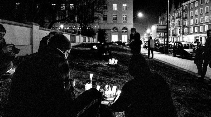 drzewa park wilsona 12 800x445 - Poznań: W miejscu wycinki drzew zapalili... znicze