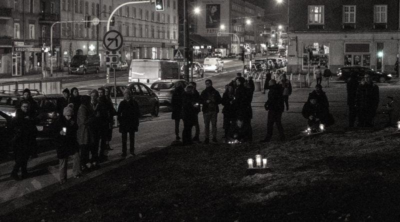 drzewa park wilsona 9 800x445 - Poznań: W miejscu wycinki drzew zapalili... znicze