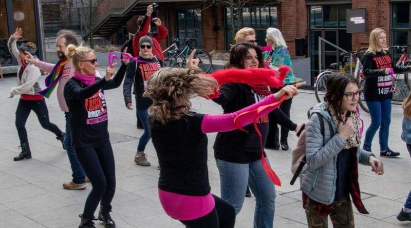 nazywam sie miliard 108 800x445 - Poznań: Kobiety i mężczyźni zatańczyli przeciwko przemocy seksualnej