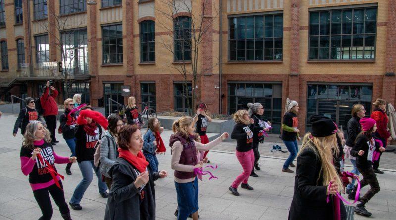 nazywam sie miliard 109 800x445 - Poznań: Kobiety i mężczyźni zatańczyli przeciwko przemocy seksualnej