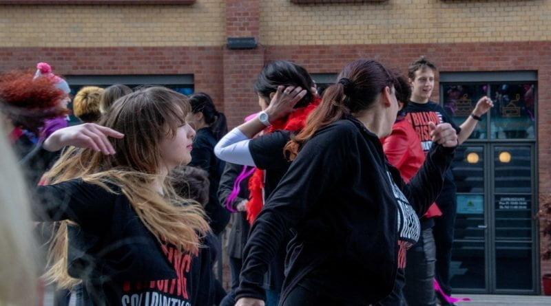 nazywam sie miliard 111 800x445 - Poznań: Kobiety i mężczyźni zatańczyli przeciwko przemocy seksualnej