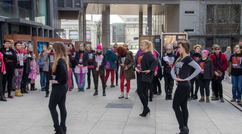 nazywam sie miliard 28 800x445 - Poznań: Kobiety i mężczyźni zatańczyli przeciwko przemocy seksualnej