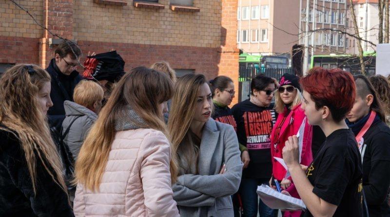 nazywam sie miliard 3 800x445 - Poznań: Kobiety i mężczyźni zatańczyli przeciwko przemocy seksualnej