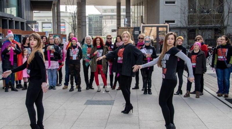 nazywam sie miliard 32 800x445 - Poznań: Kobiety i mężczyźni zatańczyli przeciwko przemocy seksualnej