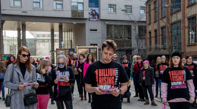 nazywam sie miliard 59 800x445 - Poznań: Kobiety i mężczyźni zatańczyli przeciwko przemocy seksualnej