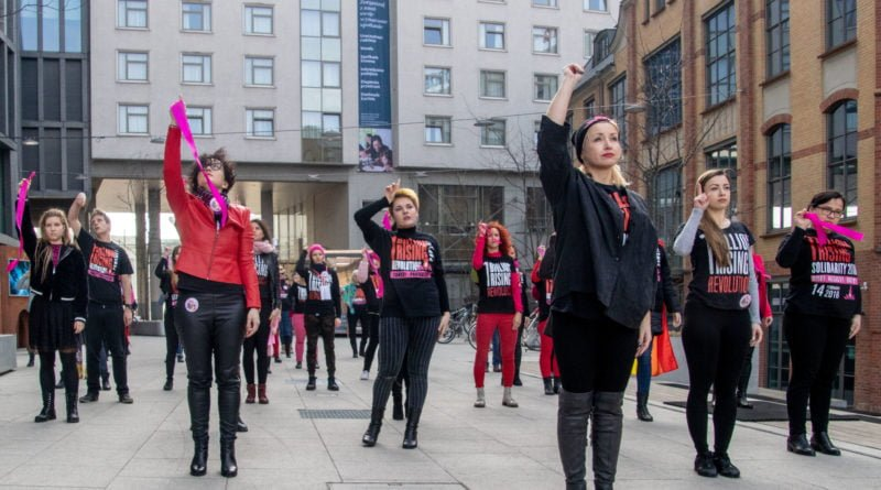 nazywam sie miliard 65 800x445 - Poznań: Kobiety i mężczyźni zatańczyli przeciwko przemocy seksualnej