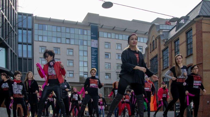 nazywam sie miliard 68 800x445 - Poznań: Kobiety i mężczyźni zatańczyli przeciwko przemocy seksualnej
