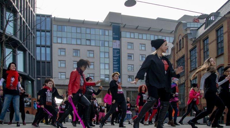 nazywam sie miliard 71 800x445 - Poznań: Kobiety i mężczyźni zatańczyli przeciwko przemocy seksualnej