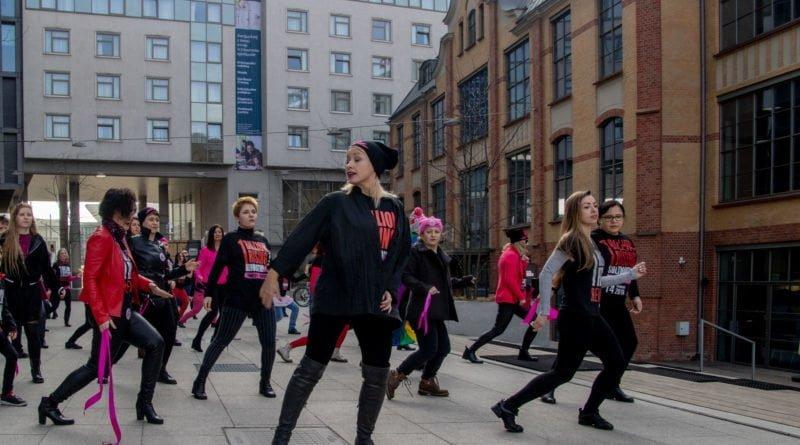 nazywam sie miliard 72 800x445 - Poznań: Kobiety i mężczyźni zatańczyli przeciwko przemocy seksualnej