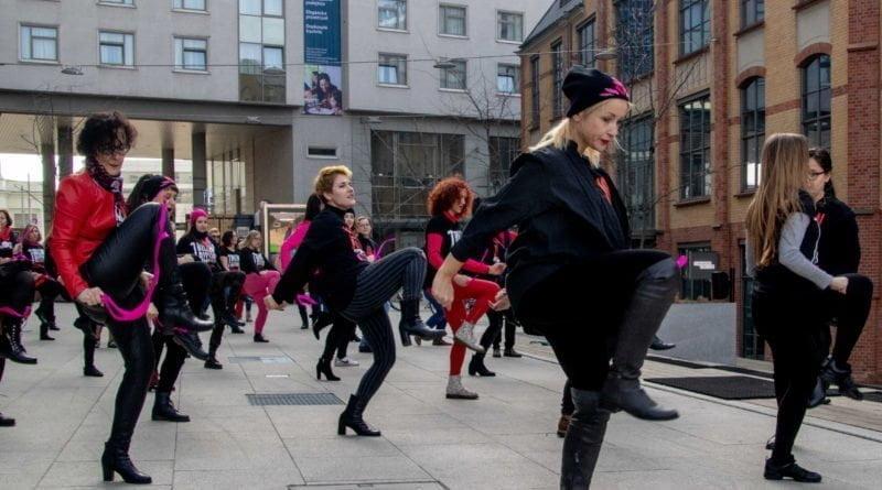 nazywam sie miliard 82 800x445 - Poznań: Kobiety i mężczyźni zatańczyli przeciwko przemocy seksualnej