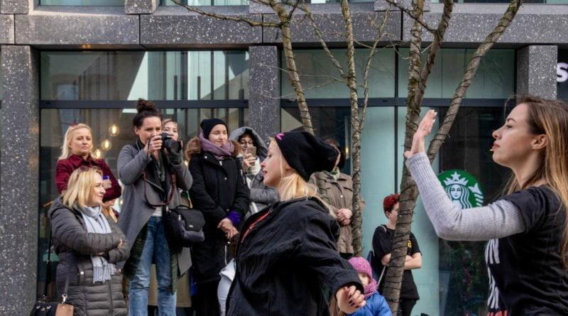 nazywam sie miliard 91 800x445 - Poznań: Kobiety i mężczyźni zatańczyli przeciwko przemocy seksualnej
