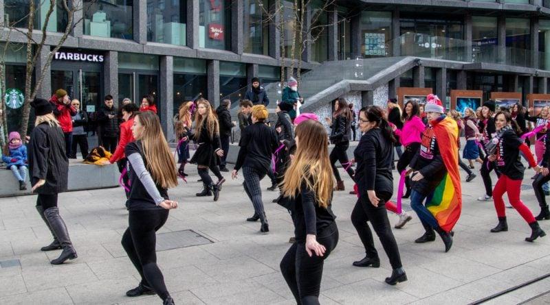 nazywam sie miliard 94 800x445 - Poznań: Kobiety i mężczyźni zatańczyli przeciwko przemocy seksualnej
