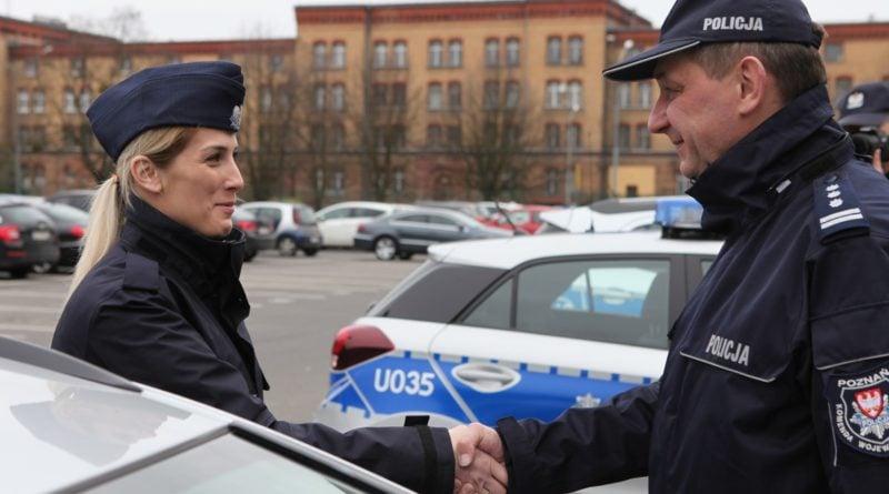 nowe radiowozy fot. kmp 10 800x445 - Poznań: Policjanci otrzymali nowe radiowozy