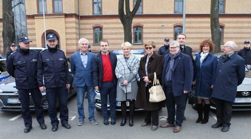 nowe radiowozy fot. kmp 11 800x445 - Poznań: Policjanci otrzymali nowe radiowozy