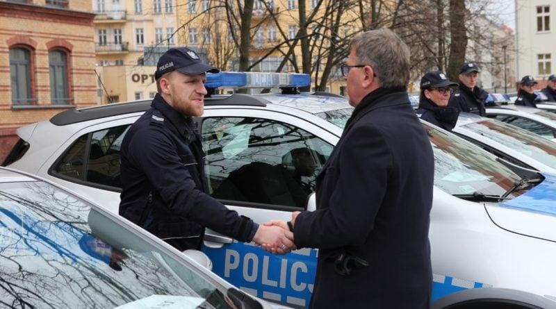 nowe radiowozy fot. kmp 12 800x445 - Poznań: Policjanci otrzymali nowe radiowozy