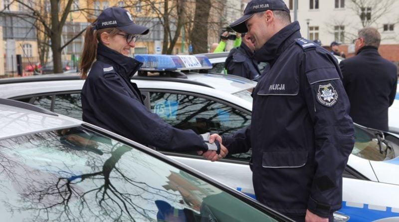 nowe radiowozy fot. kmp 14 800x445 - Poznań: Policjanci otrzymali nowe radiowozy