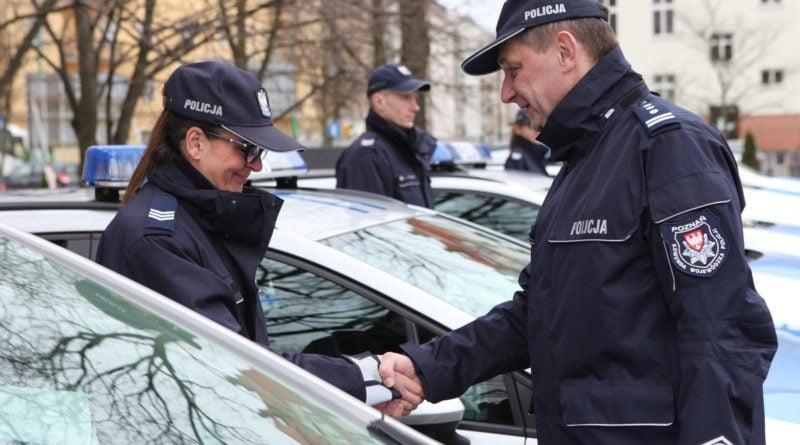 nowe radiowozy fot. kmp 15 800x445 - Poznań: Policjanci otrzymali nowe radiowozy